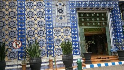 Memasuki bangunan masjid Tiban