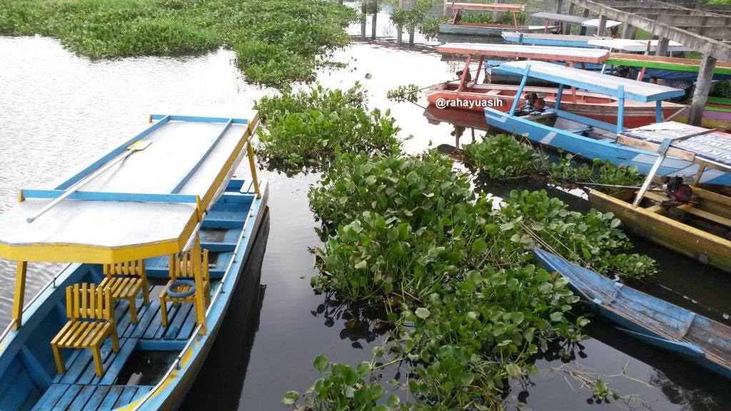 Jejeran Perahu Motor yang Siap Membawa Pengunjung Berkeliling Rawa Pening